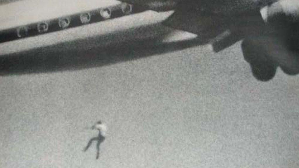 FALT I DØDEN: Bildet er fra 1970 og viser Keith Sapsford (14) som faller ut av hjulbrønnen på en DC-8 straks etter avgang fra Sydney. Han falt om lag 60 meter i døden. Bildet ble tatt av amatøren John Gilpin som testet en ny linse til kameraet sitt.