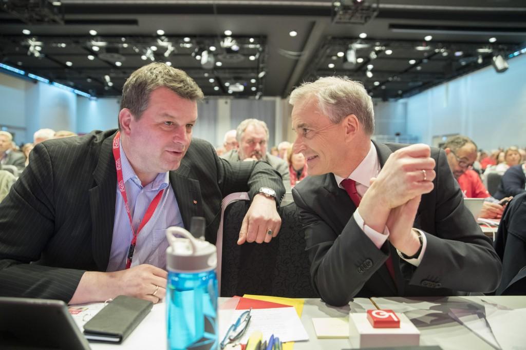 Ap-leder Jonas Gahr Støre i samtale med LOs neste leder Hans-Christian Gabrielsen på LO-kongressen.