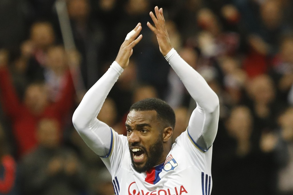 TOMÅLSCORER:Alexandre Lacazette scoret to, men burde scoret enda flere da Lyon snublet ut av europaligaen.