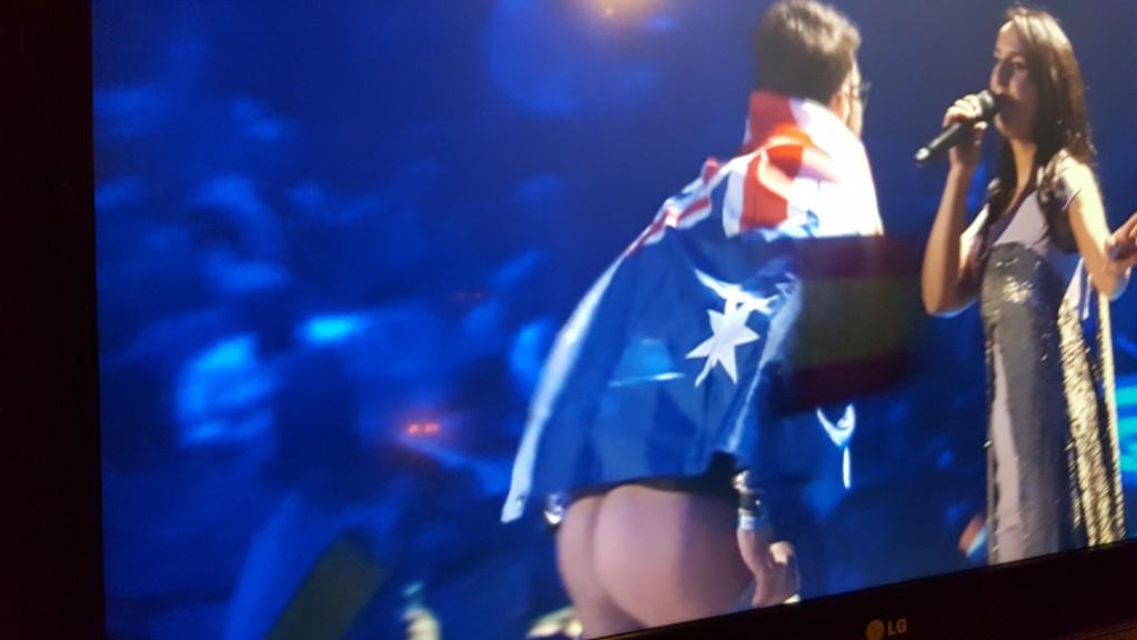 OPS! En mann med det australske flagget over skuldrene, så sitt snitt til å lufte understellet. Foran kamera og 200 millioner TV-seere.