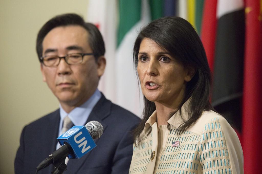 USAs FN-ambassadør Nikki Haley og Sør-Koreas ambassadør Tae-yul Cho under en pressebrifing før FNs sikkerhetsråds møte tirsdag.