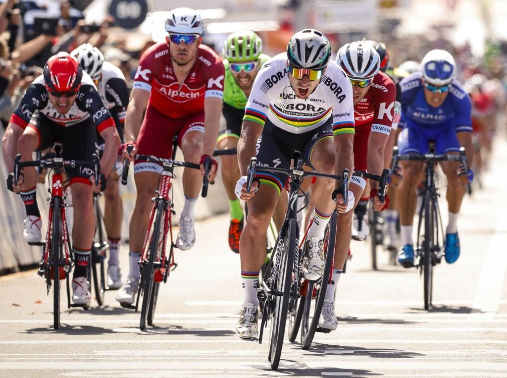 Det var tett i teten da Peter Sagan vant tredjeetappen i Tour of California tirsdag. Rick Zabel og Alexander Kristoff i sine karakteristiske røde trøyer fra laget Katusha-Alpecin rett bak vinneren.