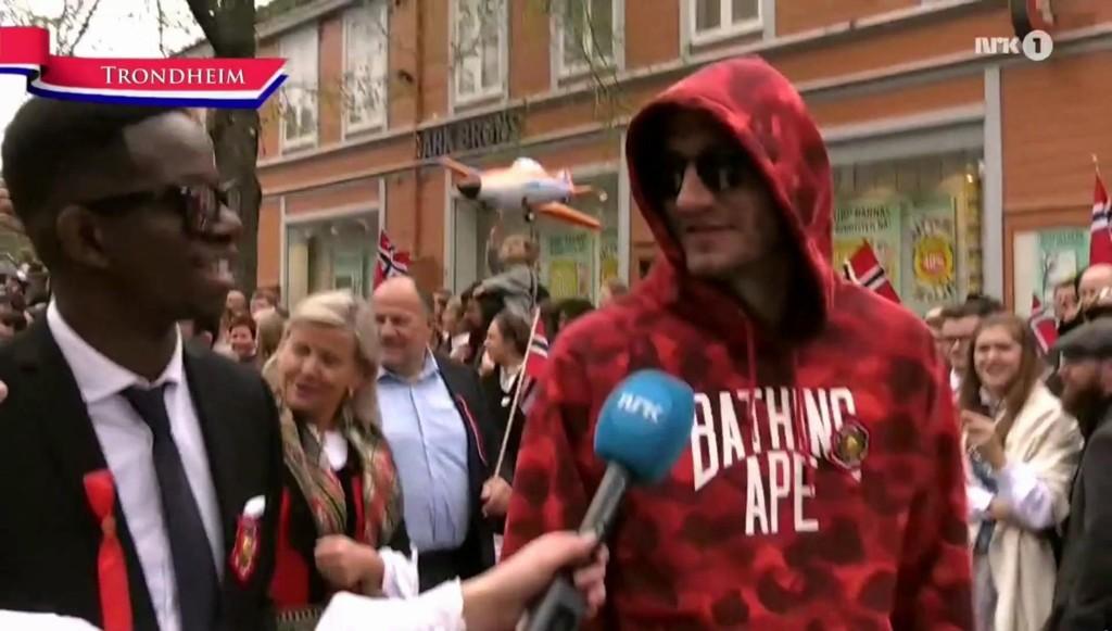 FESTANTREKK: Mushaga Bakenga og Nicklas Bendtner fulgte forskjellige kleskoder på 17. mai.
