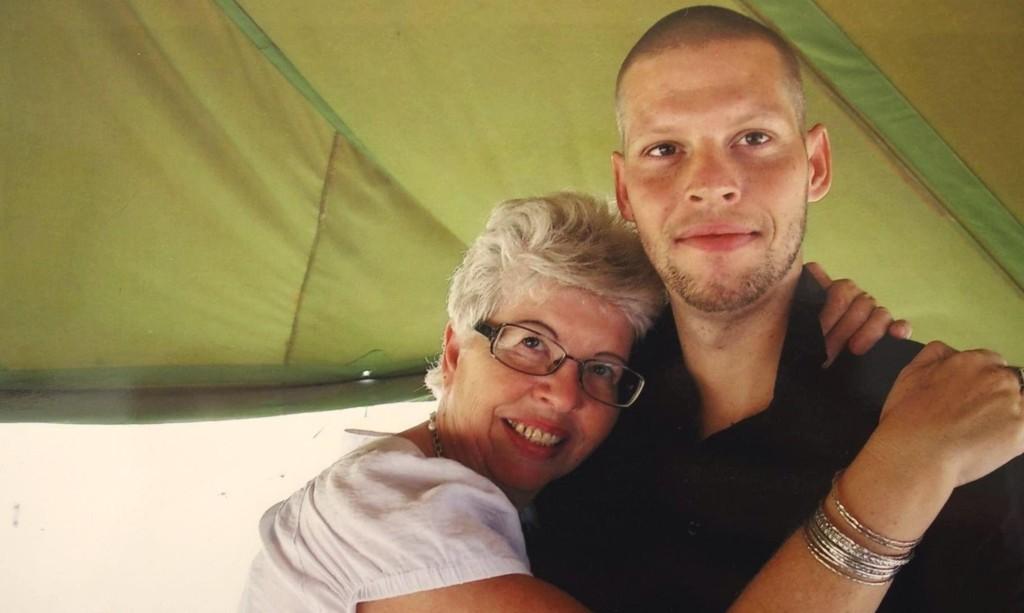 MOR OG SØNN: Kari Hilde French flyttet til Kongo for å støtte og pleie sin drapsdømte sønn Joshua i fengselet. - Innsatsen hennes har gjort inntrykk på oss alle, sier statsminister Erna Solberg (H).