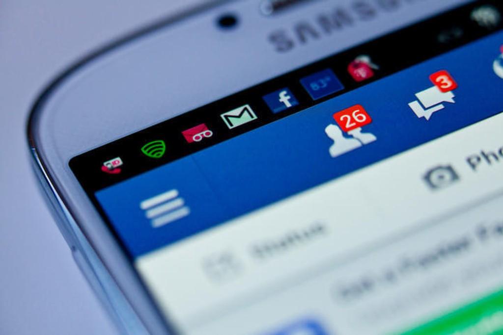 FACEBOOK har fått en bot på en milliard kroner av Facebook.
