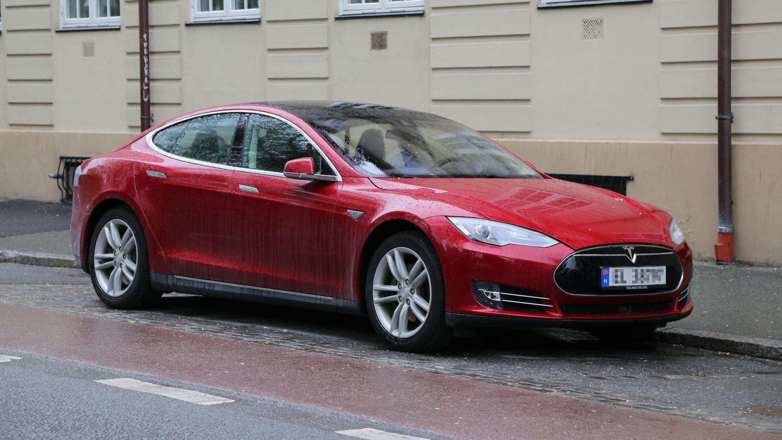 I EN KLASSE FOR SEG: Med mye innvendig plass, pent design og lang rekkevidde er Tesla Model S er en ettertraktet elbil i Norge. Brukt starter prisen i skrivende stund på drøyt 400.000 kroner.