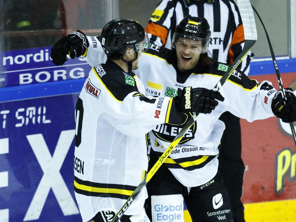 BYTTER KLUBB IGJEN: Kjetil Martinsen (til høyre). Her avbildet som Stavanger Oilers-spiller under en av årets NM-semifinaler semifinalen mot Sparta.