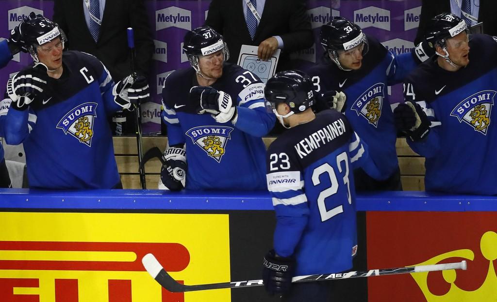 SENKET STJERNENE: Joonas Kemppainen jubler sammen med lagkameratene for sin scoring i kvartfinalen mot USA.