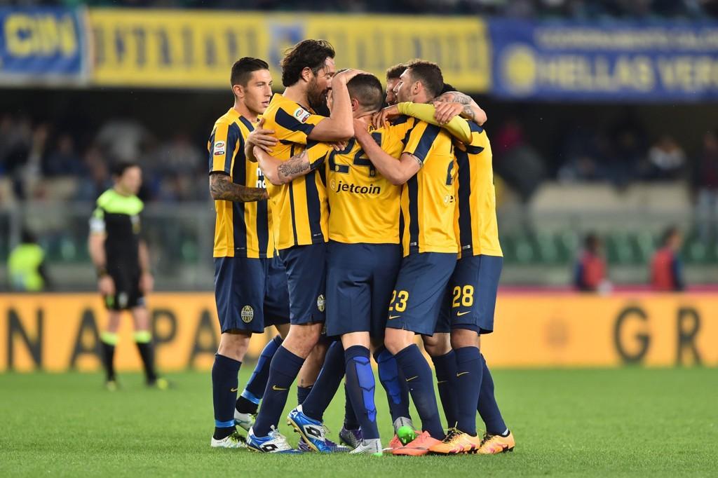 TILBAKE: Hellas Verona-spillerne jubler i forrige sesongs oppgjør mot Juventus. Nå er klubben tilbake i Serie A.