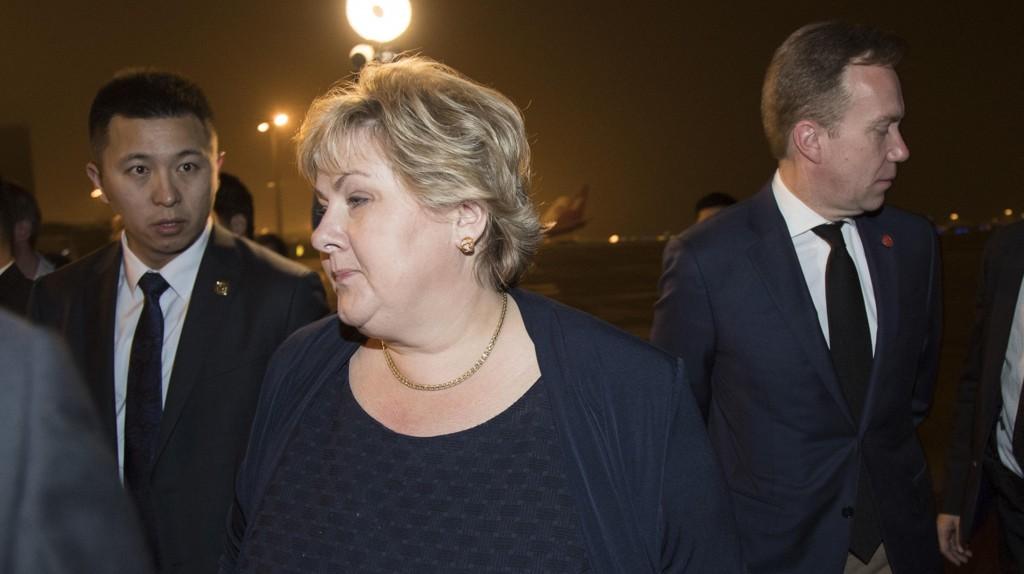 Statsminister Erna Solberg har liten grunn til å smile etter ny måling. Her med utenriksminister Børge Brende på Kina-besøk.