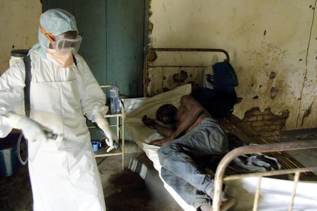 Ebola-viruset ble første gang påvist i 1976 i Kongo. Landet har til sammen hatt åtte utrbudd siden den gang. 90 prosent av de smittede har dødd. Bildet er et arkivbilde av en ebolapasient fra et utbrudd i Kongo i 2003.