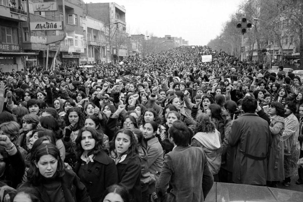 Den 8. mars 1979 marsjerte mer enn 100.000 kvinner i gatene i Teheran mot et nytt hijab-påbud. Dette er et av svært få bilder som dokumenterer begivenheten. Fortsatt har ikke kvinner i Iran lov til å bevege seg ute uten hodeplagget.