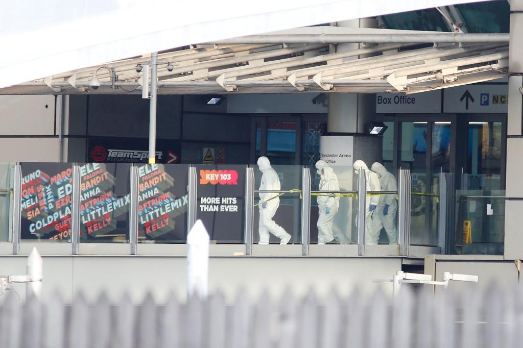 Politiet på plass på Manchester Arena i Manchester tirsdag morgen. Tusenvis av konsertgjengere var til stede for å oppleve artisten Ariana Grande da en eksplosjon rammet helt mot slutten av konserten.
