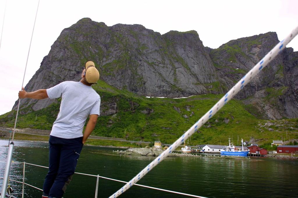 Mange turister blir fristet av utsikten på toppen av Reinebringen i Moskenes i Lofoten, men klatreturen opp er så farlig at kommunen nå ser seg nødt til å sperre av stien til det er bygd trapp opp fjellsiden