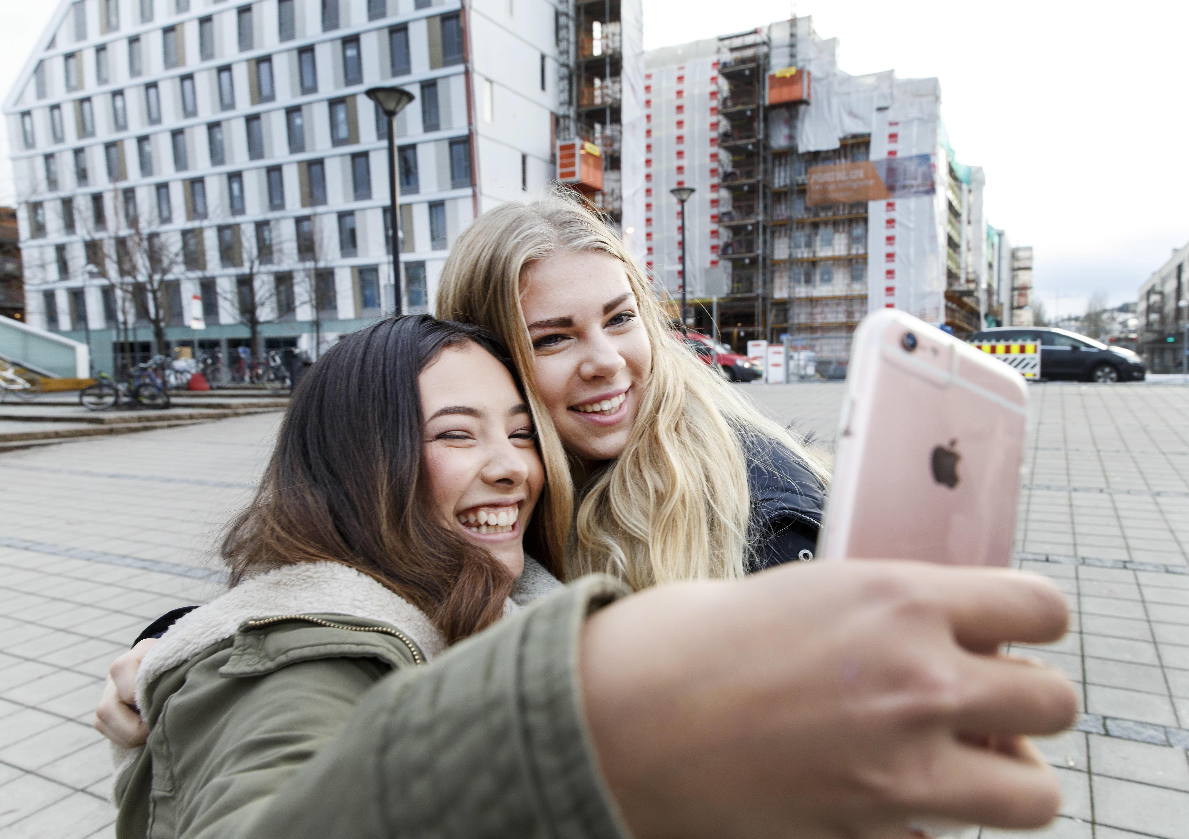I sommer kan du dele selfier fra Europa-ferien uten at du trenger å bekymre deg for mobilregningen – så lenge du har riktig abonnement. EUs nye roamingregler vil etter alt å dømme gjelde også for nordmenn fra 15. juni.
