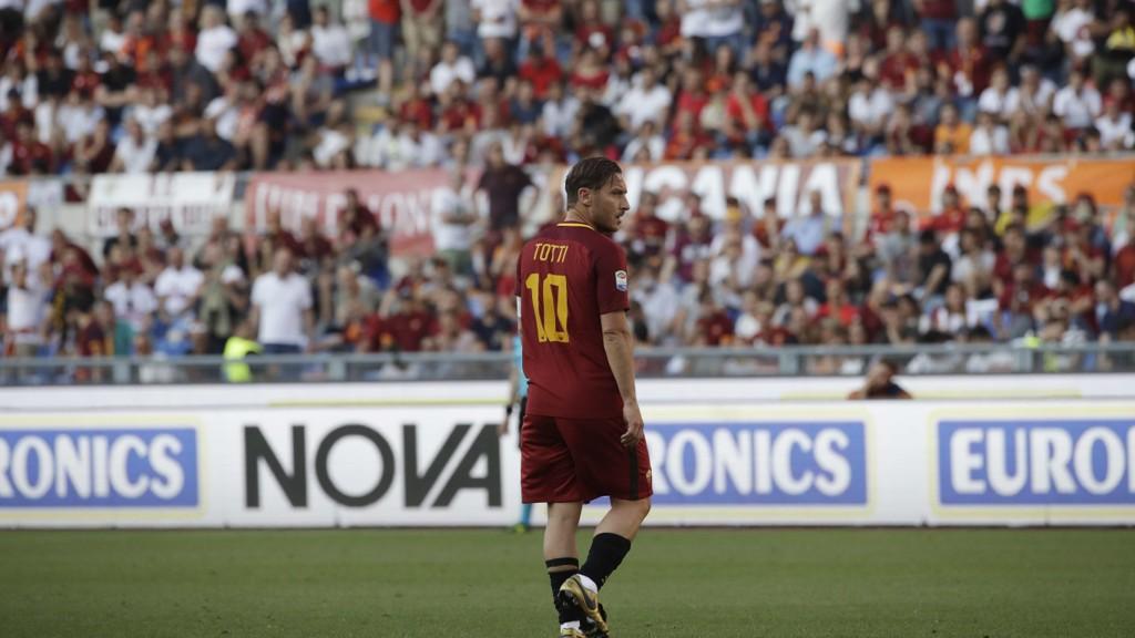 FOR SISTE GANG: Francesco Totti spilte sine siste minutter i Roma-drakt søndag.