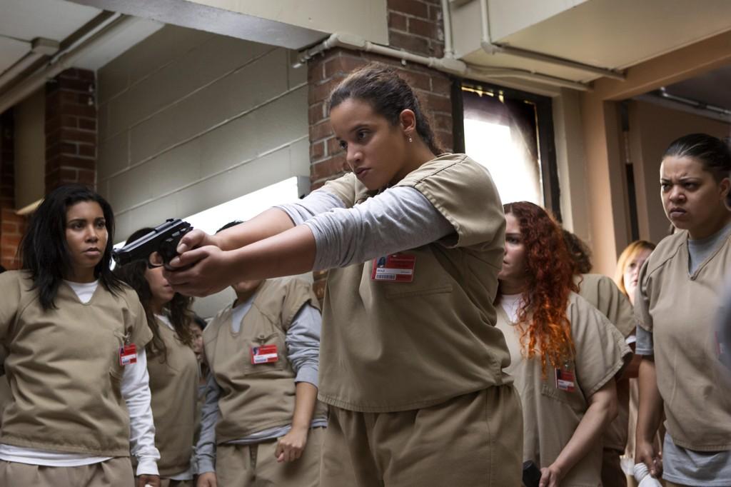 Sånn sluttet forrige sesong av Orange Is The New Black - med en pistol i Dayas hender.