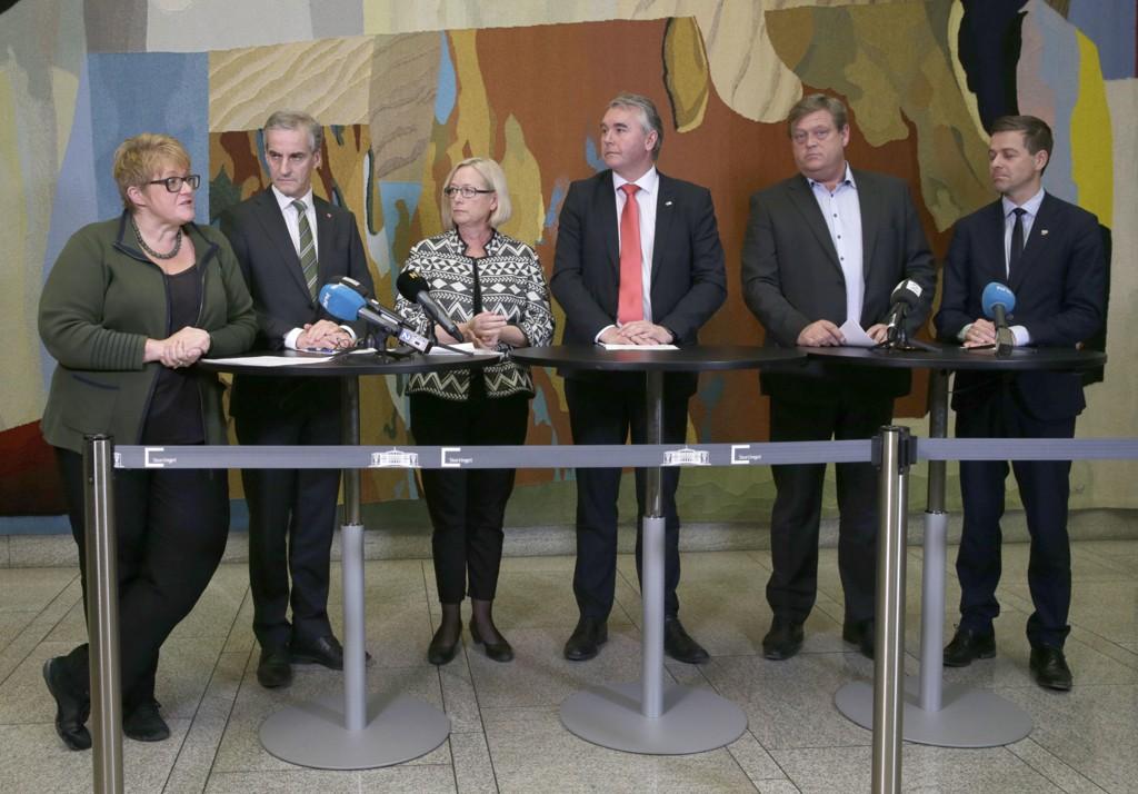 Regjeringspartiene, KrF og Venstre ble enige med Ap og Sp om et asylforlik i november 2015. Fra v. Trine Skei Grande (V), Jonas Gahr Støre (Ap), Marit Arnstad (Sp), Trond Helleland (H), Harald Tom Nesvik (Frp) og Knut Arild Hareide (Krf). Det var enighet om at regjeringen skulle gjennomgå særordninger for flyktninger, men Ap og de øvrige partiene stemmer forslagene fra regjeringen ned.