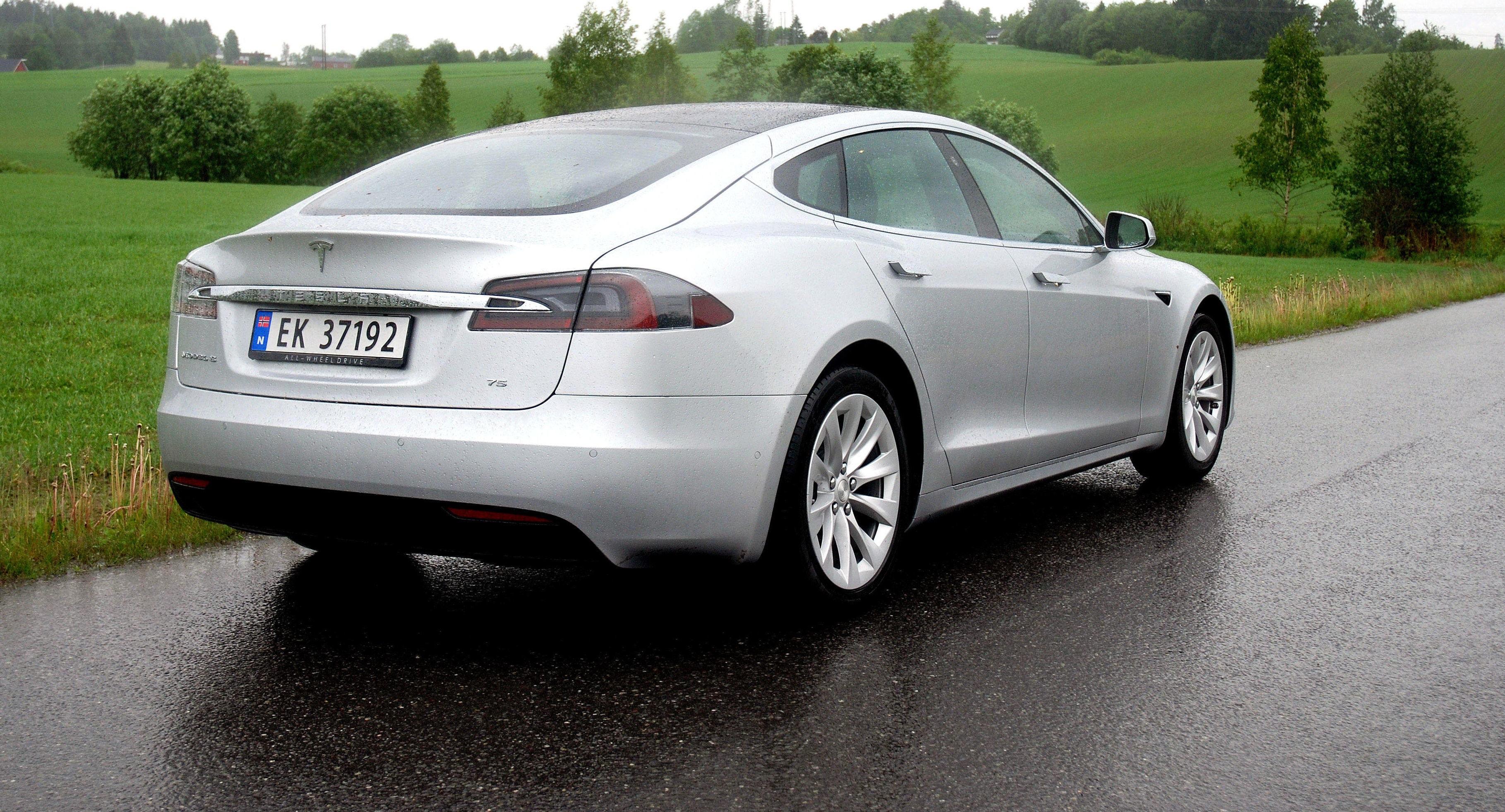 GOD REKKEVIDDE: Tesla Model S gir fortsatt mye effekt, dertil ytelser og god rekkevidde - selv med rimeligste modell.