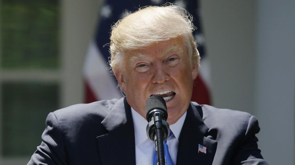 PRESIDENT Donald Trump svarte på spørsmål fra pressen fredag.