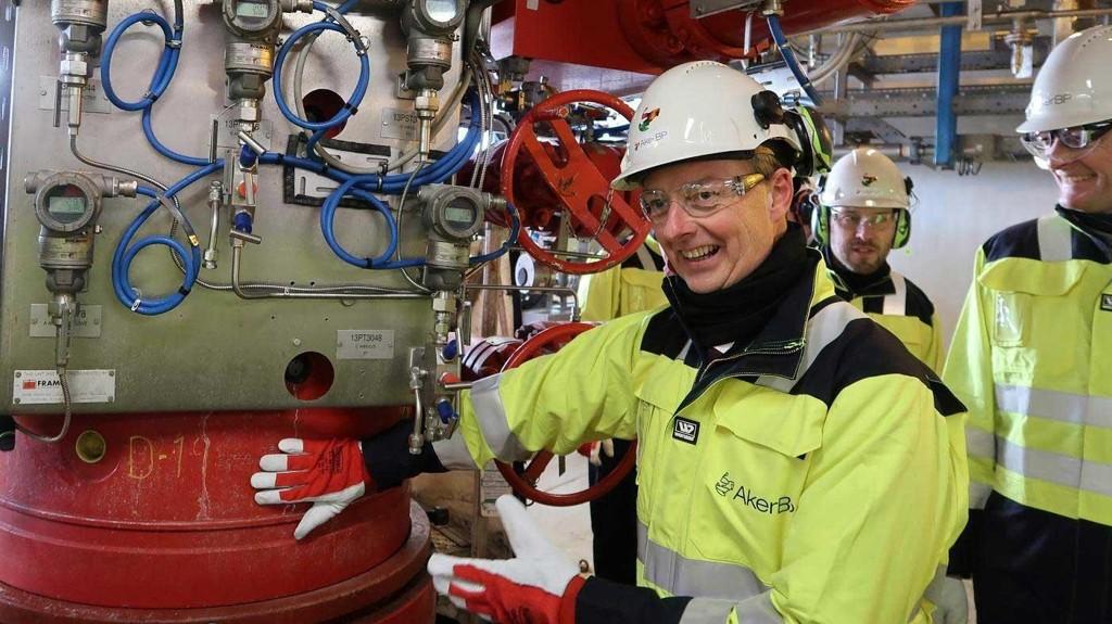 Olje- og energiminister Terje Søviknes kan glede seg over at verden kommer til å trenge mer olje og gass de neste tiårene. Her sammen med Jørgen Bækken (OED) og Aker-direktør Øyvind Eriksen