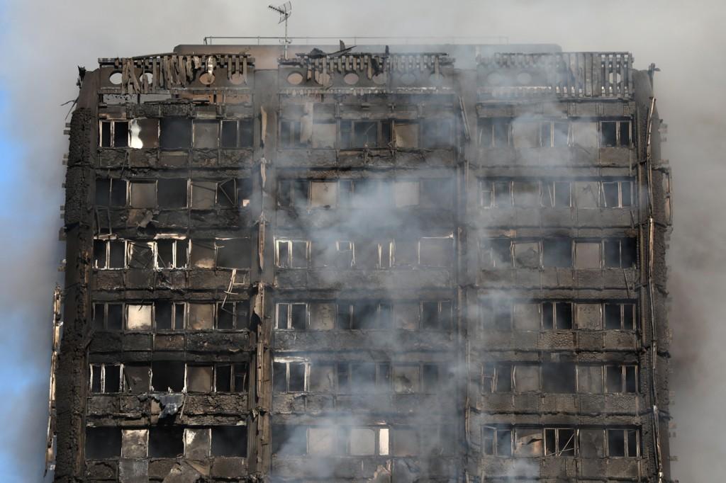 200 BRANNFOLK har jobbet i timesvis for å slukke en enorm brann i en boligblokk i Vest-London.