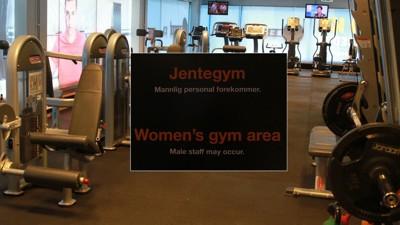 JENTEAVDELING: På jenteavdelingen på Fitness24Seven har gutter ingen adgang. Man går inn i treningsrommet via jentegarderoben.