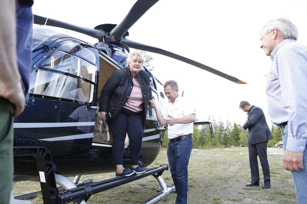 KOM LUFTVEIEN: Statsminister Erna Solberg tok torsdag kveld helikopter til Hadeland for å møte jegere og representanter for sauenæringen etter en rekke ulveangrep de siste ukene.