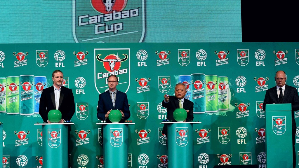 BARE GRAFIKKEN: Det var ikke alt som gik etter planen da blant andre den tidligere Premier League-profilen Emmanuel Petit (til vesntre), og Storbritannias ambassadør i Thailand, Brian Davidson (nummer to fra vesntre) deltok i ligacuptrekningen i Bangkok.