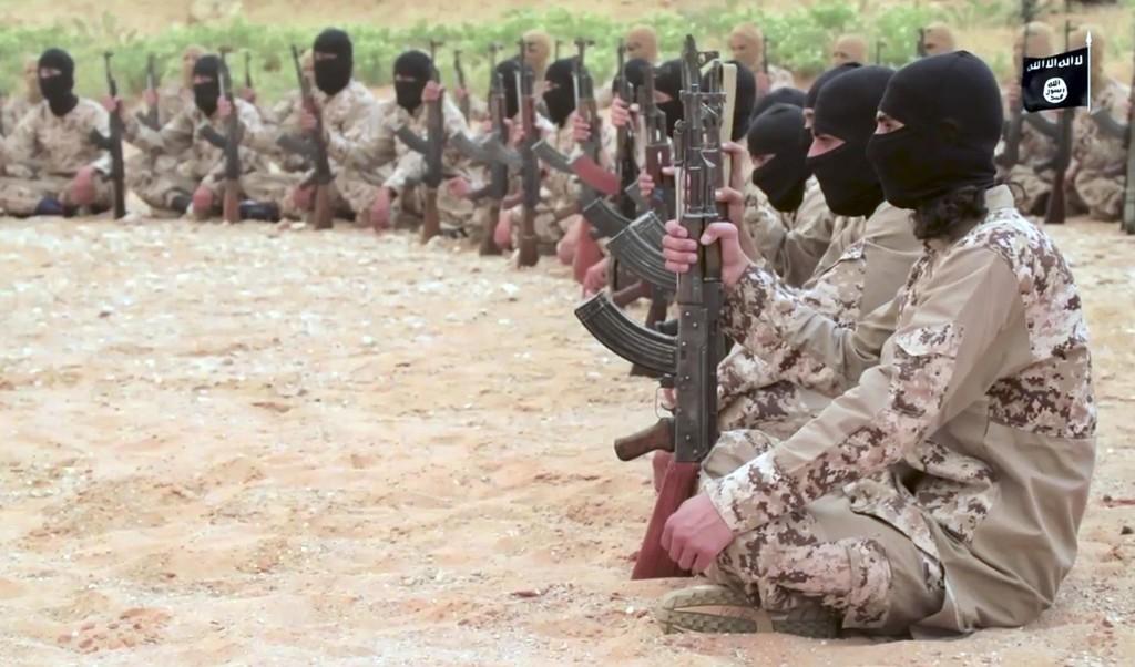 Et bilde fra en video lagt ut på nett i mai skal vise IS-krigere som nylig sluttet seg til ekstremistgruppa under trening ved Deir al-Zor. Iran tok søndag i bruk mellomdistanseraketter i et angrep mot treningsleire i området.