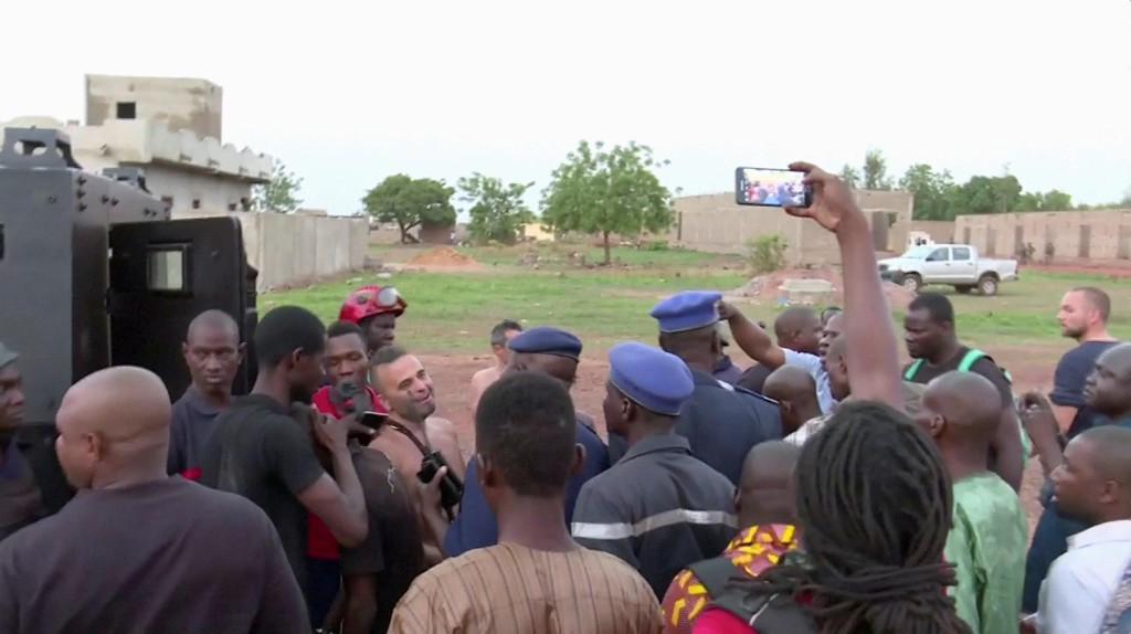 Politiet med fire personer som ble reddet fra feriestedet Le Campement Kangaba etter angrepet søndag.