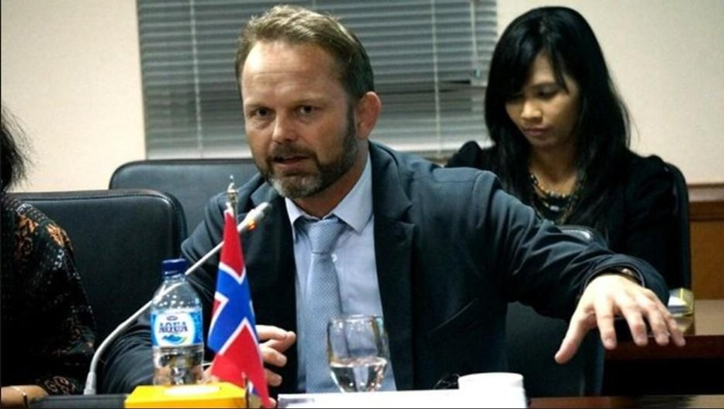 Ambassadør Stig Traavik på jobb i Indonesia.