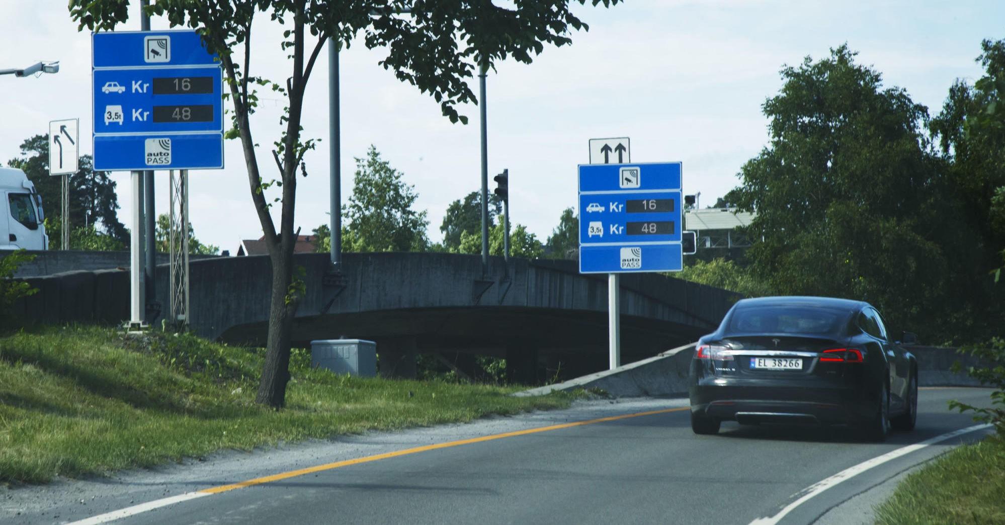 ELBILER MÅ OGSÅ BETALE BOMPENGER: Det skal bli dyrere å kjøre bil i Oslo - også for nullutslippsbilene som snart må belage seg på å betale bompenger.
