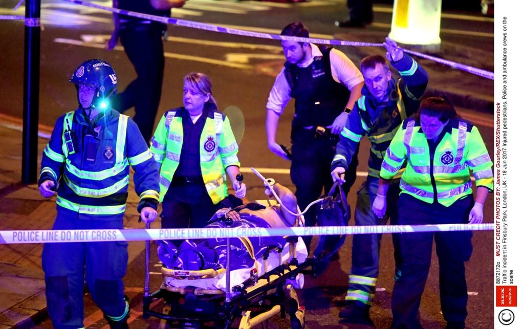 LONDON: En er drept og åtte skadde fraktet til sykehus etter en varebil kjørte inn i en folkemengde ved Finsbury Park i London natt til mandag.