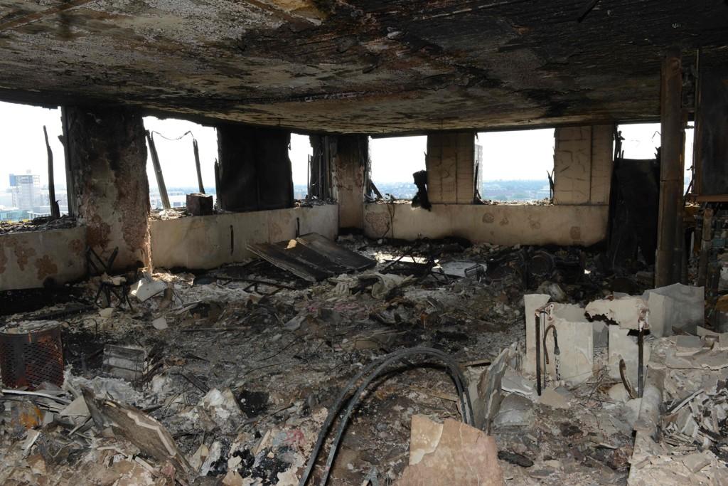 RUINER: Slik ser det ut inne i boligblokken som brant i London.