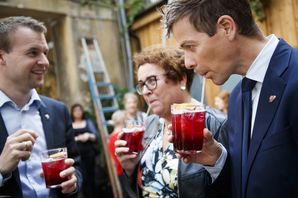 SKÅL: KrF-leder Knut Arild Hareide og nestlederne Kjell Ingolf Ropstad og Olaug Bollestad skålte i røde og eksotiske fruktdrikker (uten alkohol), da de inviterte til sommeroppsummering på utestedet Himkok i Oslo mandag.