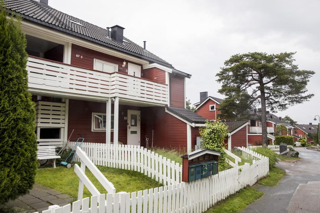 Leiligheten, som ligger i 2. etasje, på Hellerud hvor en mann i 50-årene ble funnet død av familien.