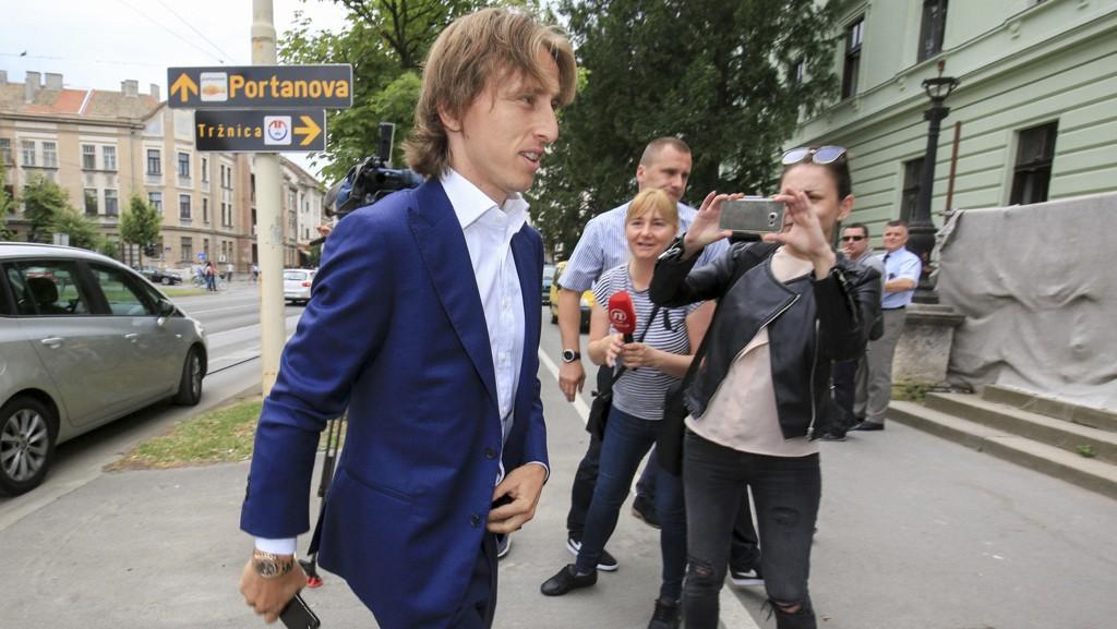 DAG I RETTEN: Real Madrid-spiller Luka Modric da han ankom rettssalen til saken mot Zdravko Mamic.