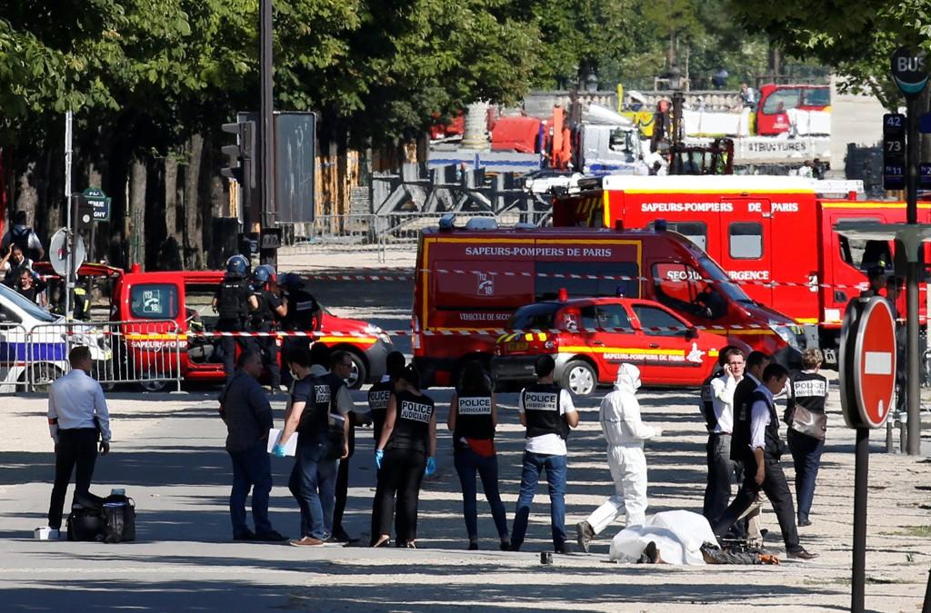 En mann har dødd etter å ha forsøkt å angripe politifolk på Champs-Élysées i Paris, opplyser franske myndigheter.