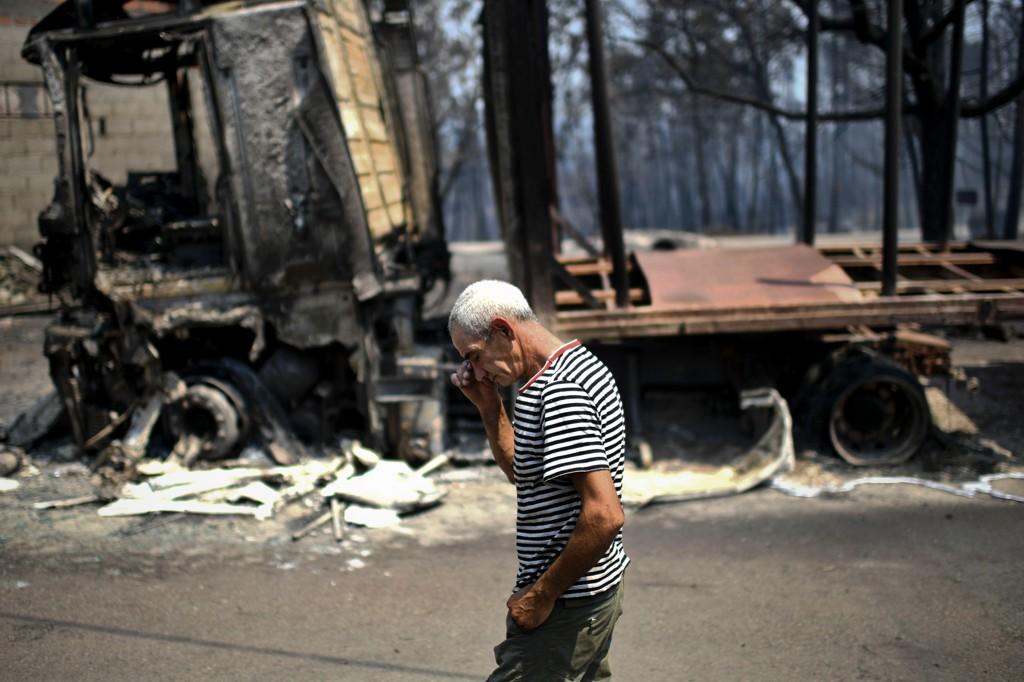 SLUKT AV FLAMMENE: Ifølge Portugals innenriksminister Jorge Gomes omkom minst 18 mennesker i bilene sine, omsluttet av flammer og røyk, på veien mellom Figueiro dos Vinhos og Castanheira de Pera. Skogbrannen har krevd 62 menneskeliv.
