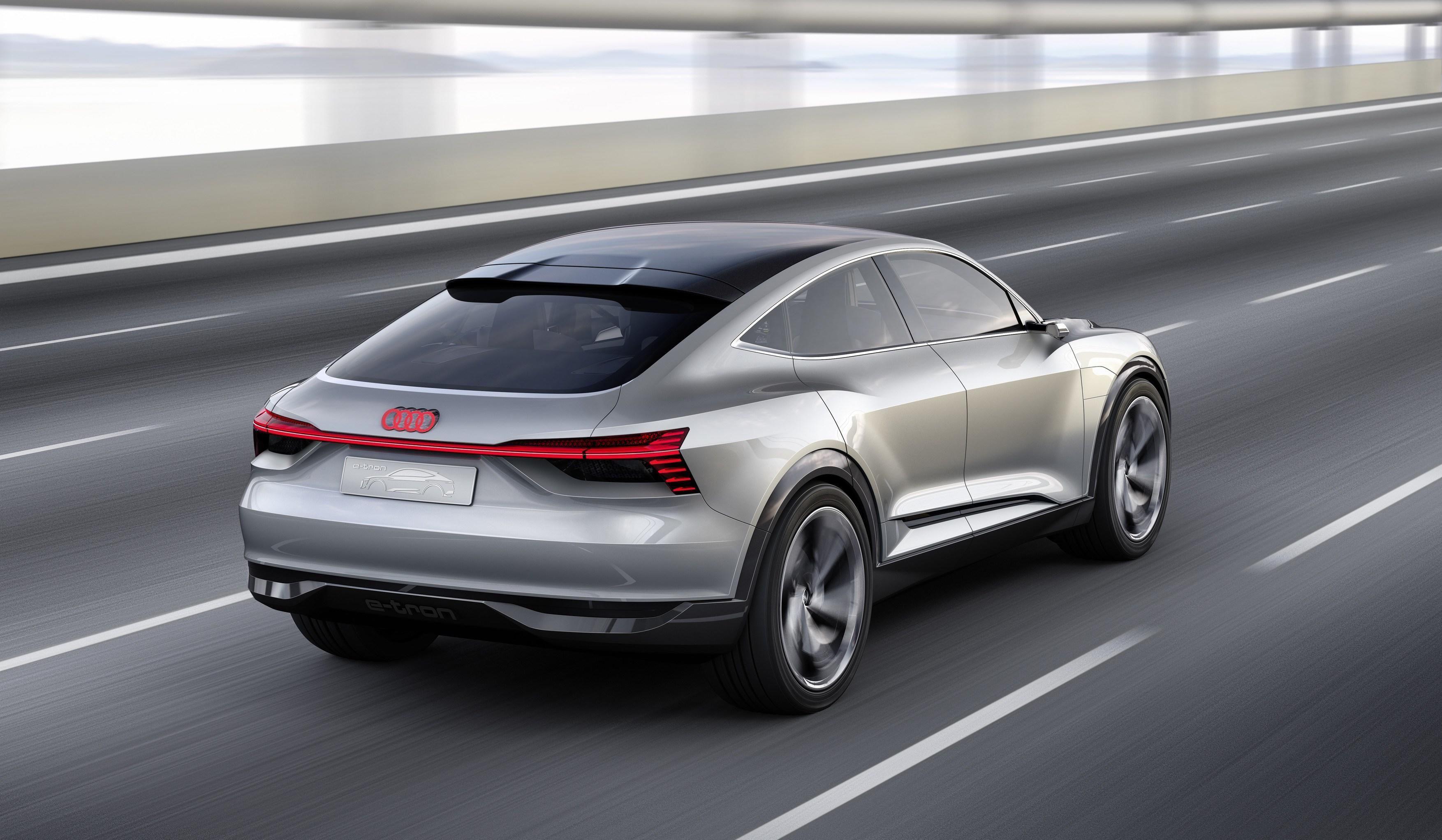 TØFT DESIGN: Den første elbilen til Audi er en SUV. Med e-tron Sportback konkurrerer de litt mer direkte med Tesla Model S - noe de også understreker med reklameplakater i Tyskland med slagordet «Musk-Have».
