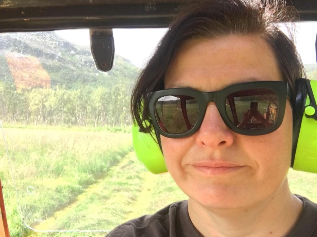 KUL BONDE: Arbeiderpartiets tidligere nestleder og statsråd, Helga Pedersen, på traktoren hjemme på gården i Vestertana i Finnmark. Nå bytter hun ut livet på Løvebakken med gårdsarbeid.