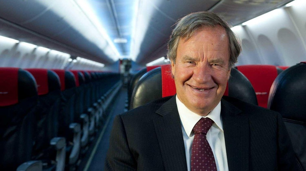 Norwegian-direktør Bjørn Kjos smiler, men smilet har stivnet hos passasjerene som blir strandet.