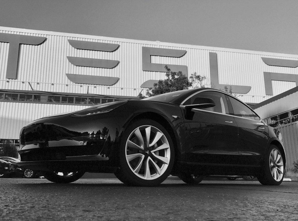 HER ER DEN NYE MODELLEN: Dette bilde av den nye modellen til Tesla delte Elon Musk på søndag morgen.