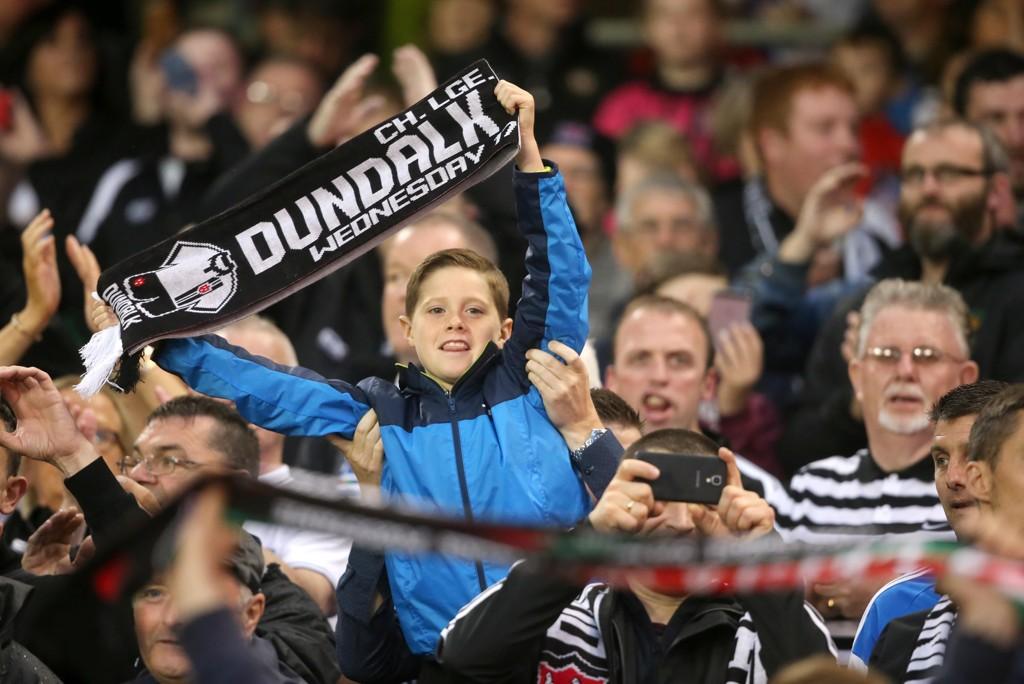 STOLT IRE: En ung Dundalk-supporter løfter stolt flagget i forkant av Champions League-kvalifiseringskampen mot Legia Warsawa i 2016. Irene tapte mot det polske laget, men tok seg likevel til gruppespillet i Europa League i fjor.
