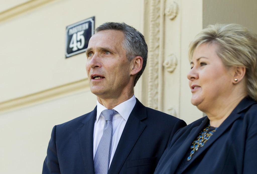 NORGES RIKESTE hadde like stor verdistigning under Stoltenberg-regjeringen som under Solberg-regjeringen. Her er Erna Solberg og Jens Stoltenberg fotografert sammen utenfor statsministerboligen i 2015.