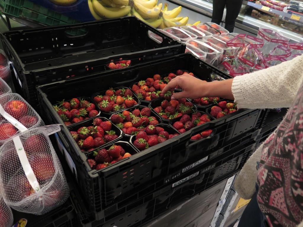 JORDBÆR: Er du en av de som bytter ut dårlige jordbær med fine? Det setter ikke de butikkansatte noe særlig pris på.