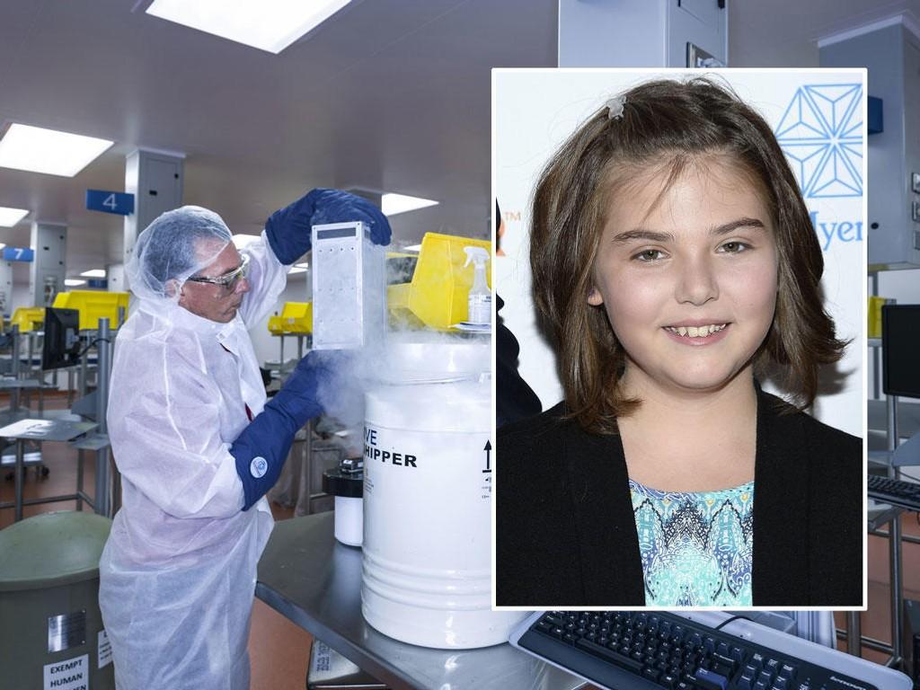 TESTET KUREN: Tolv år gamle Emily Whitehead (bildet) var det første barnet som ble behandlet med den nye kreftkuren. Nå har hun fem år bak seg uten tilbakefall. Bildet er hentet fra laboratoriet der friske blodceller fra kreftpasienter blir rustet til å ta opp kampen mot kreftcellene.