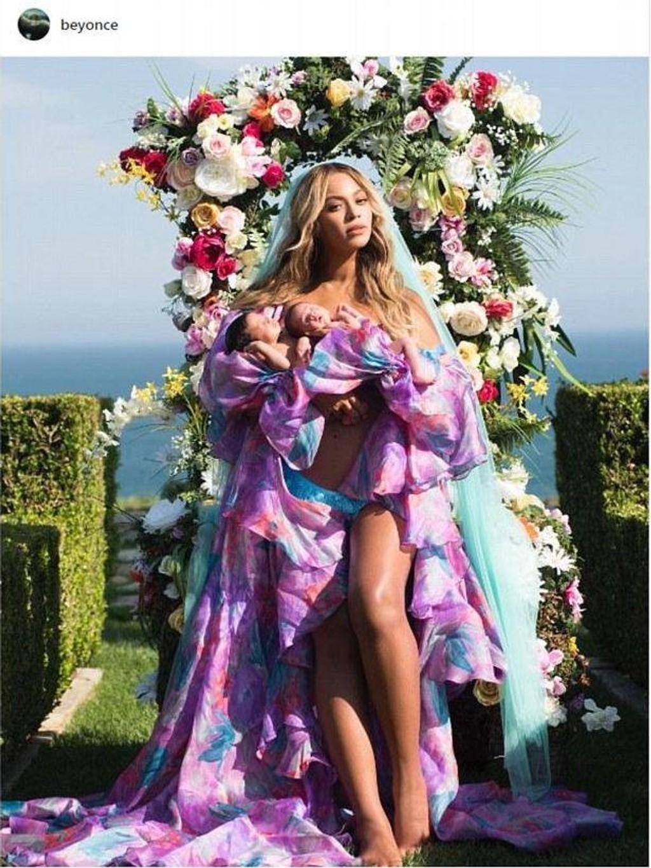 VISER FREM TVILLINGENE: Beyonce Knowles viser frem lille Rumi og Sir Carter.