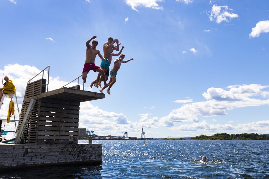 VARME PÅ VEI: Sol, skyer og bading på Sørenga i Oslo 5. juli. Nå lover meteorologene godvær igjen.